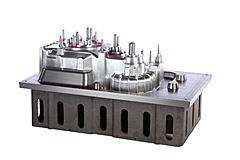 Aluminium-Modell für ein Getriebegehäuse, CNC-gefräst, auf Grauguss Modellplatte montiert.