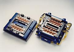 Hydraulisch gesteuerte Kernschießeinrichtung für Zylinderkopf-Wassermantelkerne, eingesetzt auf einer PETERLE-Kernschießmaschine.